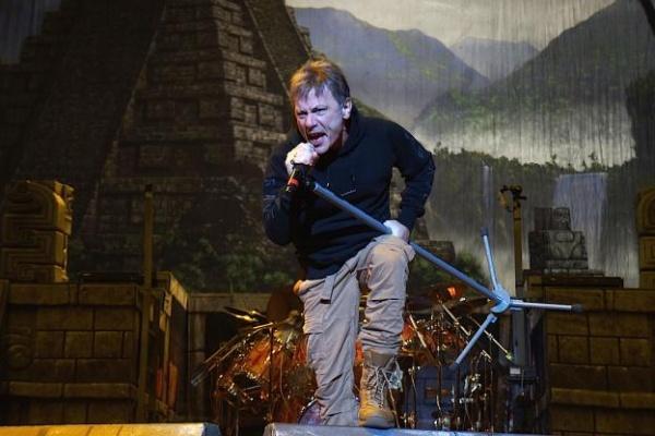 Bruce Dickinson dá bronca em fã durante show na Austrália