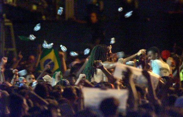 O dia que Carlinhos Brown usou o Rock e o Metal para se promover