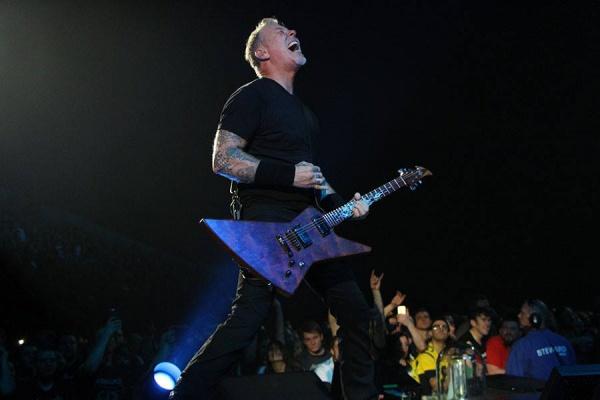 Médicos ordenam que James Hetfield não cante; Metallica adia show