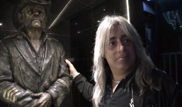 Mikkey Dee visita a estátua de Lemmy pela primeira vez