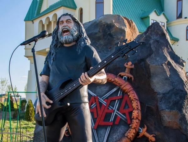 Resultado de imagem para Tom Araya do Slayer vira estátua de tamanho real em zoológico