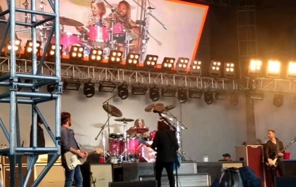 Filha de 8 anos do Dave Grohl toca bateria com Foo Fighters