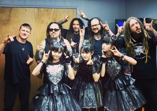 Vídeos: Head do Korn toca com Babymetal