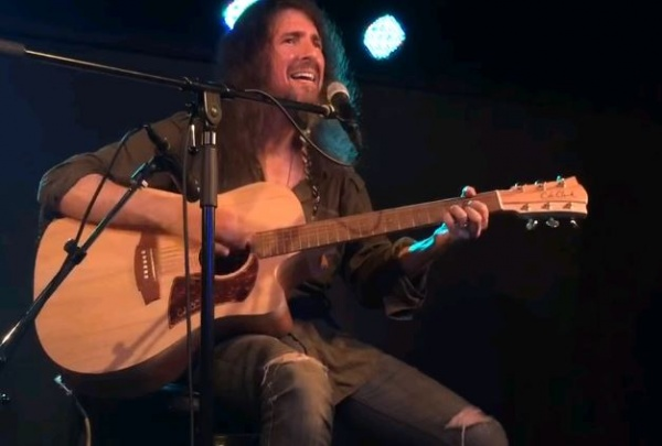 Bumblefoot faz versões de Iron Maiden, Guns e Kiss no violão