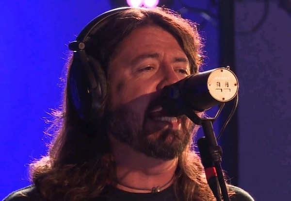 "Foo Fighters faz cover de AC/DC, ""Let There Be Rock"""