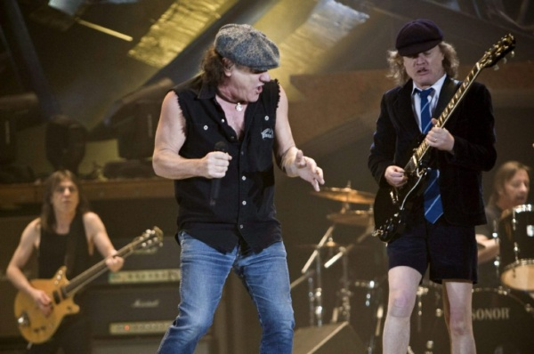 Angus Young e Brian Johnson do AC/DC falam sobre Malcolm Young