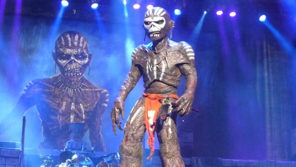Iron Maiden lança vídeo que mostra Eddie matando um roadie nos bastidores do show