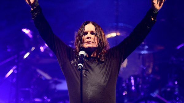 Ozzy Osbourne canta clássicos do Black Sabbath com Royal Machines