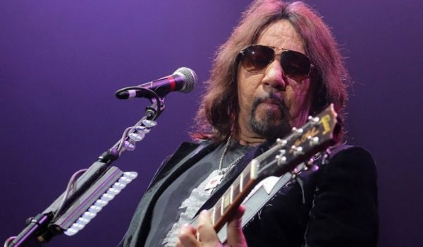 "Ace Frehley lança nova música; ouça ""Rockin' With The Boys"""