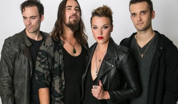 "Halestorm lança vídeo em 360 graus para ""Uncomfortable"" e ""I Am The Fire"""