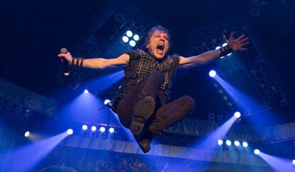 Assista público na Inglaterra comemorar aniversário do Bruce Dickinson durante show do Iron Maiden