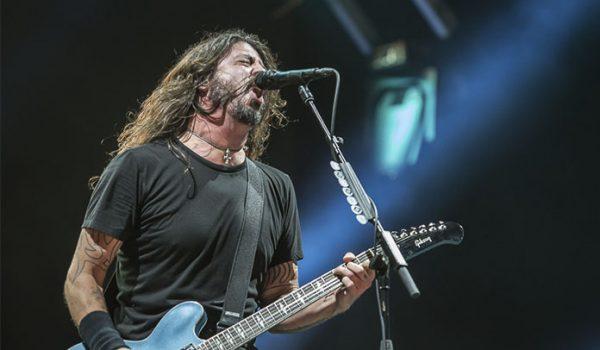 Foo Fighters toca Metallica com criança de 10 anos de idade