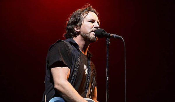 Pearl Jam faz homenagem a Chris Cornell durante show em Seattle