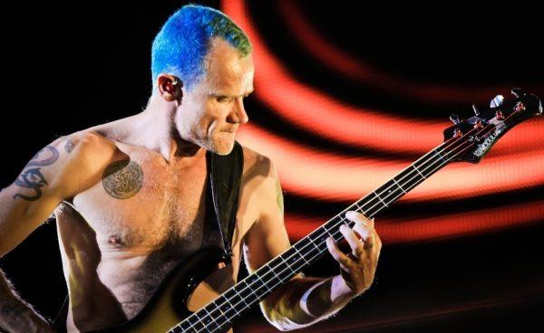 Flea, baixista do Red Hot Chili Peppers, vai lançar biografia em Setembro