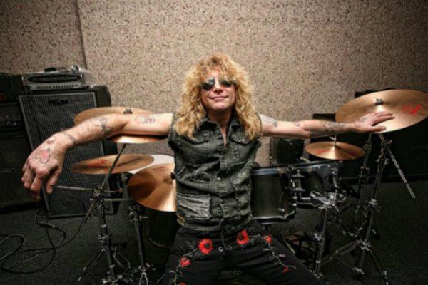 """Steve Adler e Izzy Stradlin estão """"Com coração partido"""" por não participarem da reunião do Guns N' Roses"""