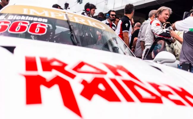 Bruce Dickinson corre com Porsche do Iron Maiden em Interlagos; assista
