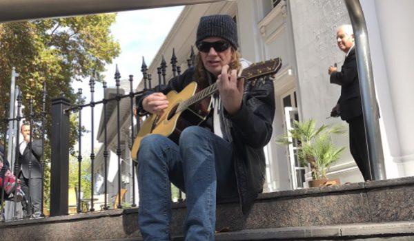 Dave Mustaine surpreende fãs argentinos tocando na porta de hotel