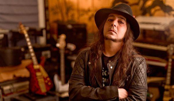 "Daron Malakian e Scars On Broadway lançam nova música; ouça ""Dictator"""