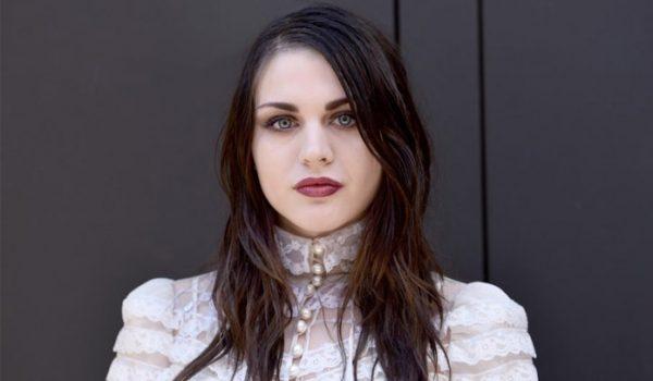 Frances Bean Cobain, filha de Kurt Cobain, revela trecho de música autoral