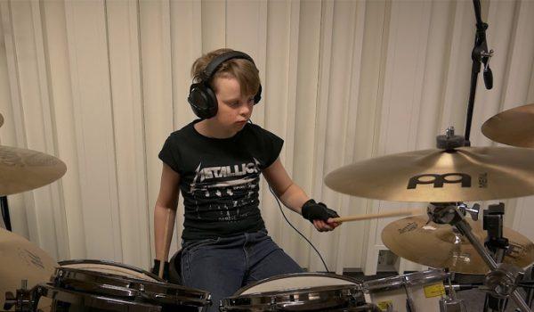 Baterista de 10 anos de idade toca toda a discografia do Metallica em 12 minutos