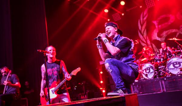 Filho de Corey Taylor impressiona ao cantar com o pai em show do Stone Sour; assista