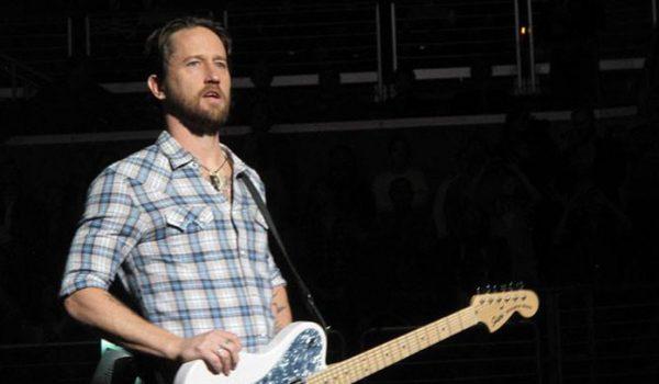 Chris Shiflett, guitarrista do Foo Fighters, irá vender 20 guitarras usadas em toda sua carreira