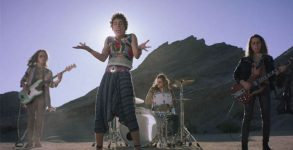 "Greta Van Fleet está alucinando no deserto em novo clipe de ""When The Curtain Falls"""