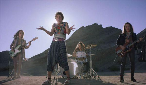"""Greta Van Fleet está alucinando no deserto em novo clipe de """"When The Curtain Falls"""""""