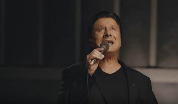 "Steve Perry, ex-vocalista do Journey, lança nova música; ouça ""No Erasin"""