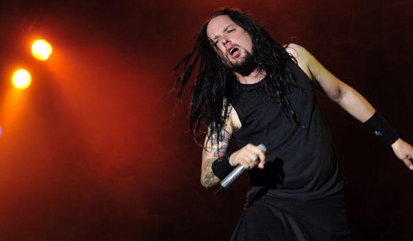 Frontman Jonathan Davis chora durante show do Korn