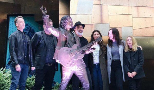 Estátua de bronze de Chris Cornell é inaugurada em Seattle