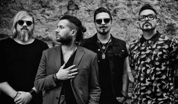"Rival Sons confirma novo álbum e lança música inédita; ouça ""Back in the Woods"""