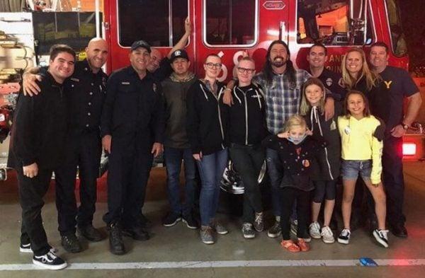 Dave Grohl faz churrasco para bombeiros da Califórnia