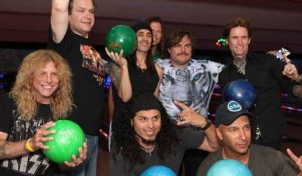 Tom Morello e Jack Black jogam boliche em tributo a Dio