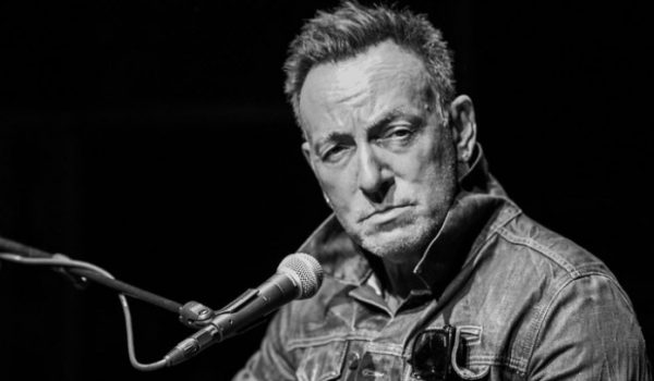 Bruce Springsteen lança o álbum ao vivo The Roxy 1975