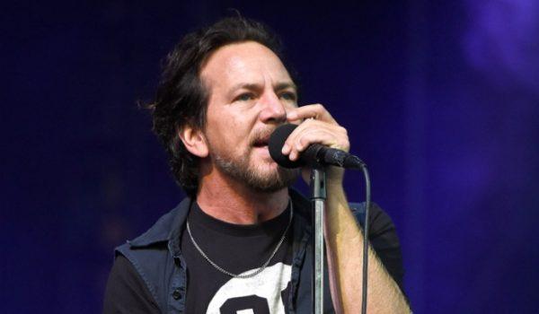Eddie Vedder faz homenagem a Chris Cornell com coral gospel de Soweto