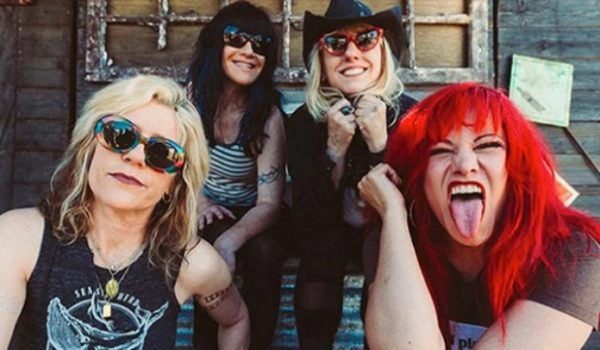 L7 faz show destruidor e revive a energia contestadora do rock feminino