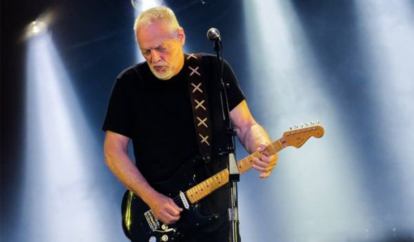 "David Gilmour compartilha vídeo ao vivo de ""Comfortably Numb"""