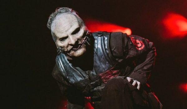 Corey Taylor compartilha foto da produção da nova máscara