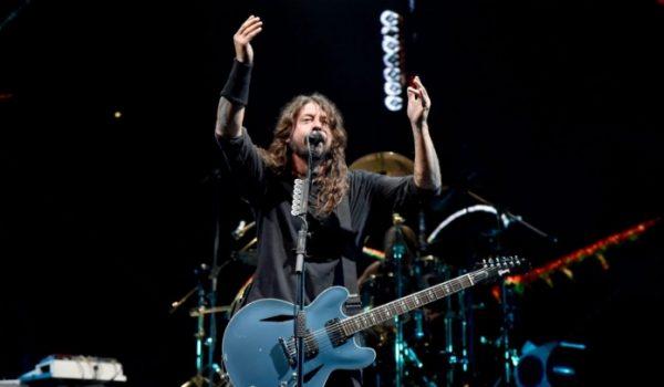 Foo Fighters cancela show após ferimento de um dos integrantes