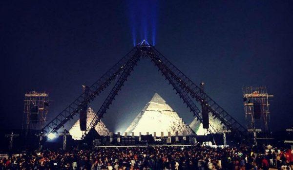 """Red Hot Chili Peppers faz show nas pirâmides do Egito e toca """"Pyramid Song"""" do Radiohead; assista"""