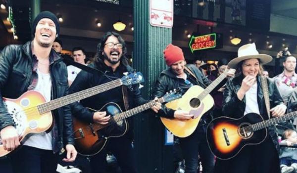 Dave Grohl toca Beatles em mercado público de Seattle; assista