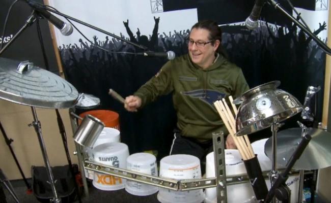 Mike Mangini, do Dream Theater, faz solo em bateria de baldes e latas em vídeo; assista