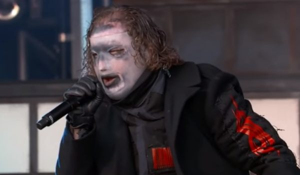 """Corey Taylor: """"Queria que a nova máscara parecesse que foi feita no porão de alguém"""""""