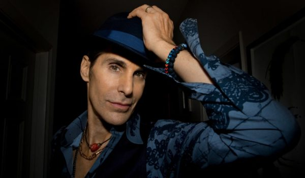 "Perry Farrell, do Jane's Addiction, lança novo single; ouça ""Machine Girl"""
