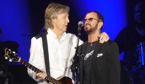 Paul McCartney convida Ringo Starr para tocar clássicos dos Beatles em show
