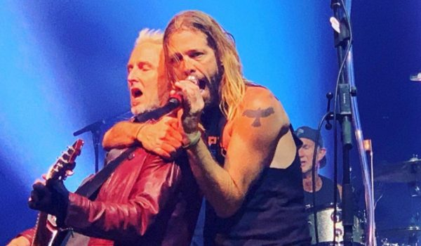 Membros do Pearl Jam, Red Hot, Foo Fighters e Guns se reúnem para apresentação; assista