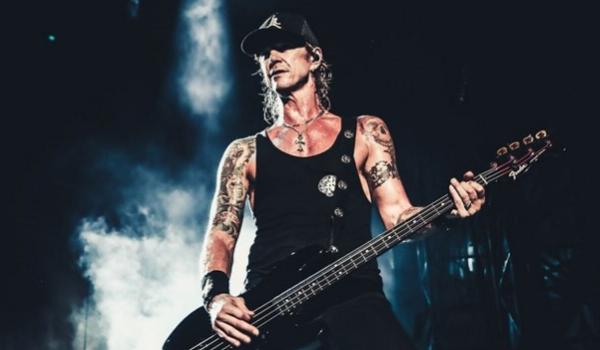 """Duff McKagan compartilha vídeo ao vivo da emocionante """"Don't Look Behind You"""""""