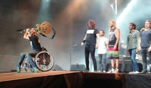 Foo Fighters convida cadeirante ao palco durante show; assista aqui