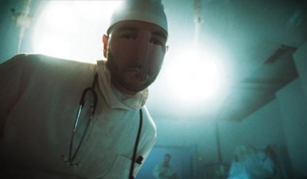 """Underoath sofre em hospital digno de filme de terror em clipe de """"Wake Me"""""""